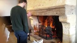 Préparation du feu de cheminée